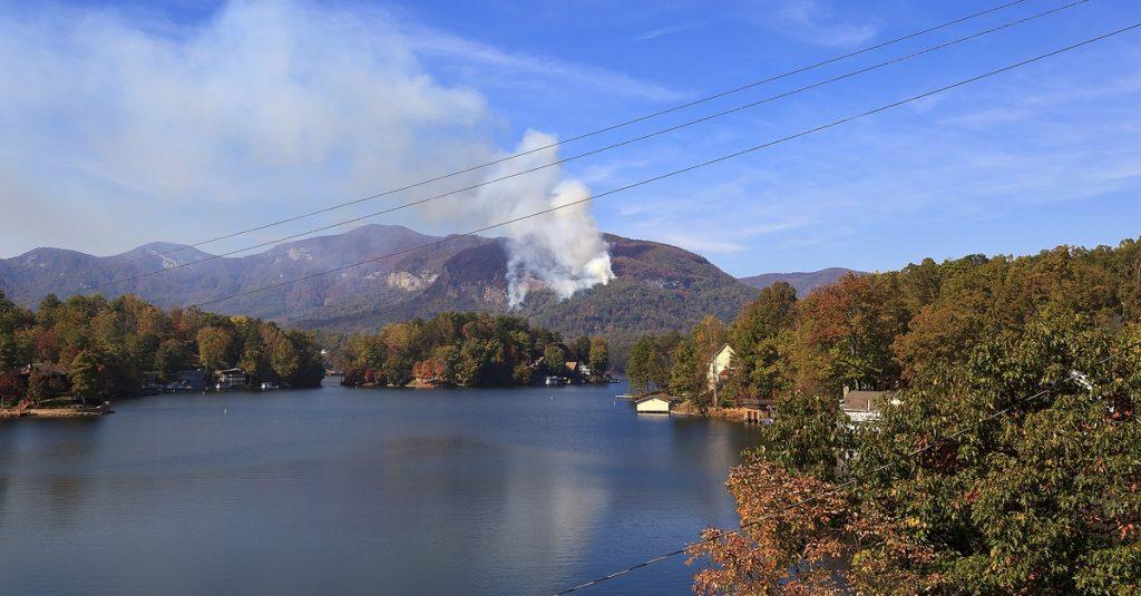 shutterstock-fire-lake-lure-2016